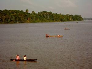 Amazonas-Bewohner in Booten