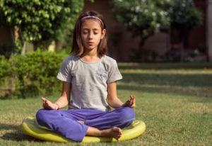 Deine Schwingung erhöhst du beispielsweise durch regelmäßig Meditation