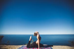 Durch Yoga, Reiki, Mediation klärst du deine Chakren und erhöhst die Schwingung